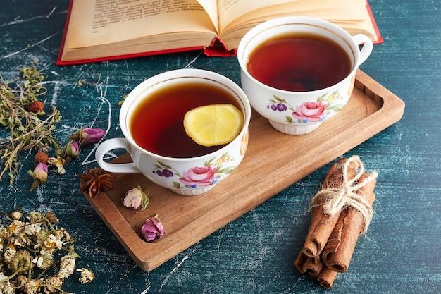 Eine tasse tee mit zitrone.