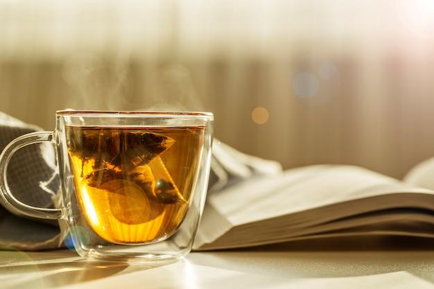 Eine tasse tee und ein buch