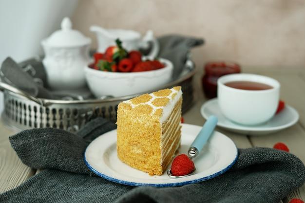 Eine tasse tee und ein stück kuchen im café