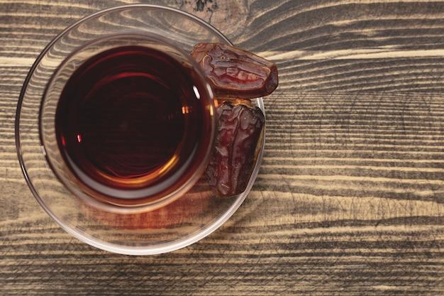 Eine tasse tee und getrocknete datteln