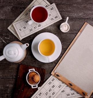 Eine tasse tee und kekse