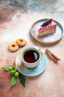 Eine tasse tee zitrusfrüchte eine tasse tee teller kuchen kekse zimt