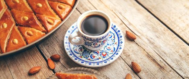 Eine tasse türkischen kaffee und baklava