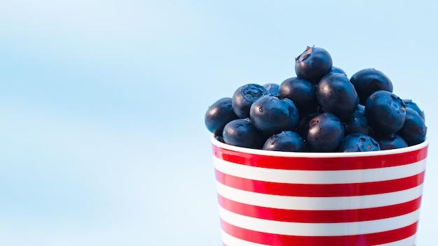Eine tasse voller blaubeeren