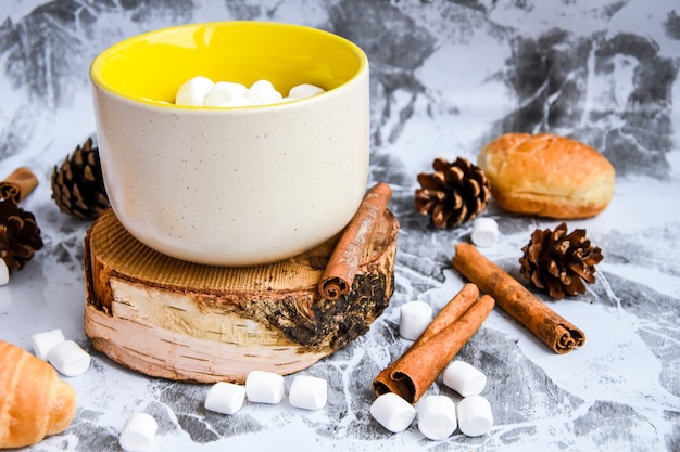 Eine tasse weihnachten neujahr köstliche heiße schokolade und kakao mit marshmallows mit kakao bestreut...