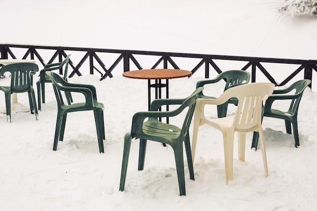 Eine terrasse mit schnee