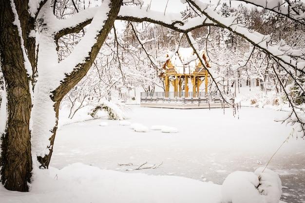 Eine thai-pagode mit buddha-statue, westpark, münchen, bayern, deutschland.