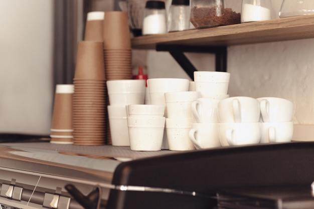 Eine tischdekoration für kaffee auf der theke in einem kaffeehaus