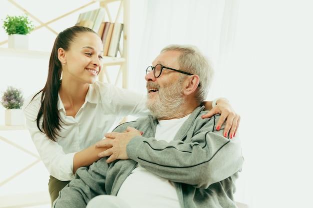 Eine tochter oder enkelin verbringt zeit mit dem großvater oder älteren mann