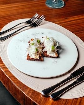 Eine top view fleischmahlzeit mit besteck auf dem tisch essen abendessen mahlzeit