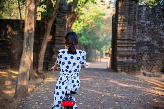 Eine touristin, die fahrrad fährt