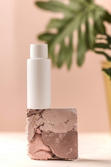 Eine tube mit gesichts- und körperpflegekosmetik schönheits- und kosmetikkonzept