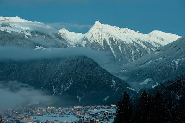 Eine typische almhütte in den österreichischen bergen.