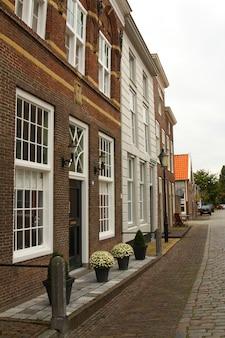 Eine typische holländische straße in heusden. die niederlande