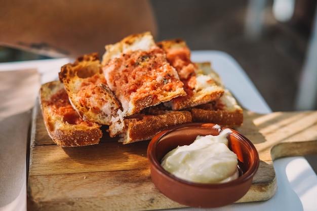 Eine typische portion brot mit tomaten-knoblauch-mayonnaise