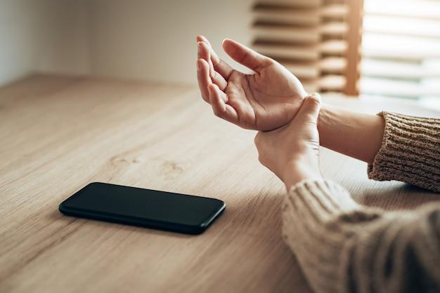 Eine übermäßige nutzung des smartphones kann schmerzen am handgelenk verursachen