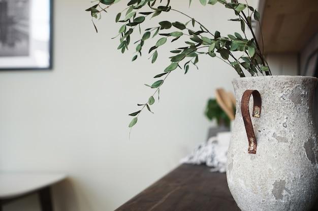 Eine vase mit trockenblumen auf einem tisch. skandinavische klassische küche, minimalistisches innendesign. echtes foto. gemütliches zuhause.
