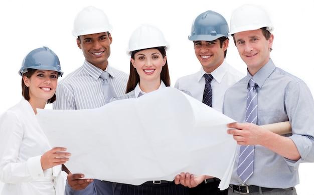 Eine verschiedene gruppe architekten, die einen plan halten