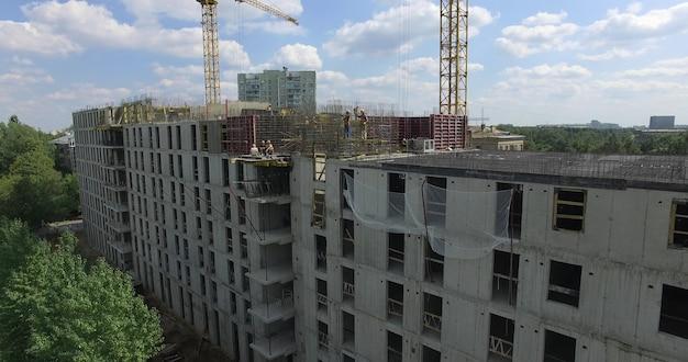 Eine vertikale inspektion eines halb gebauten mehrstöckigen gebäudes