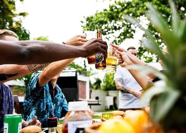 Eine vielfältige gruppe von freunden, die biere feiern und trinken