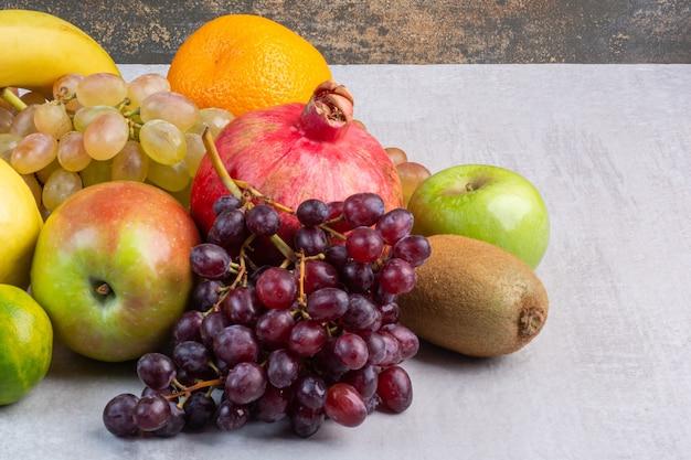 Eine vielzahl von frischen früchten auf dem marmor.