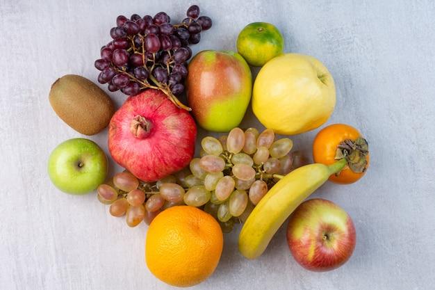 Eine vielzahl von früchten auf dem marmor.