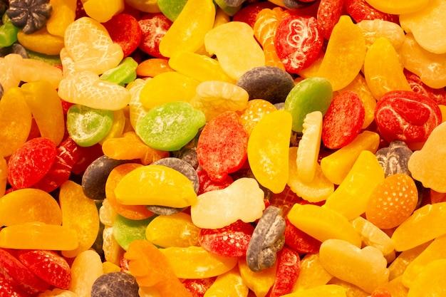 Eine vielzahl von geleesüßigkeitenansicht vom oberen, geschlossenen hintergrund. textur von zuckerhaltigen süßigkeiten nahaufnahme