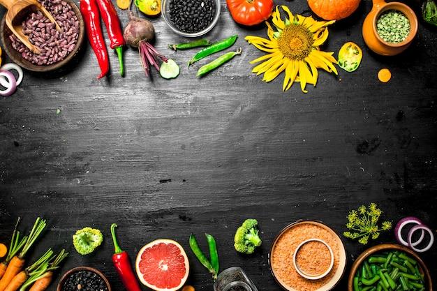 Eine vielzahl von gemüse und früchten auf einem hölzernen hintergrund