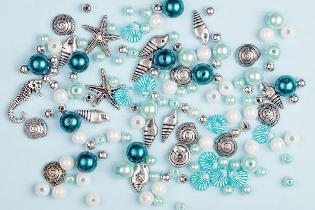 Eine vielzahl von perlen zur herstellung von halsketten.
