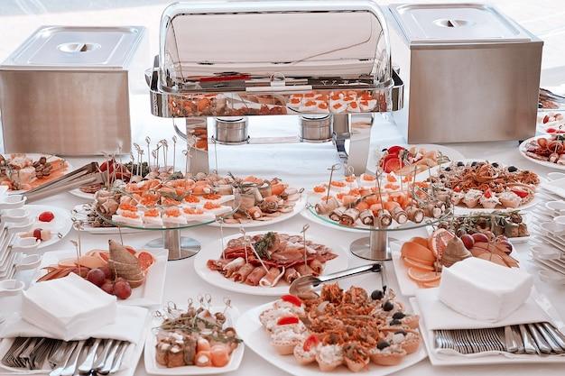 Eine vielzahl von snacks und gerichten auf dem tisch im modernen restaurant