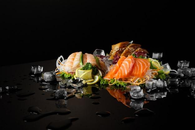 Eine vielzahl von sushi mit schmelzenden eisstücken auf schwarzem hintergrund mit reflexion