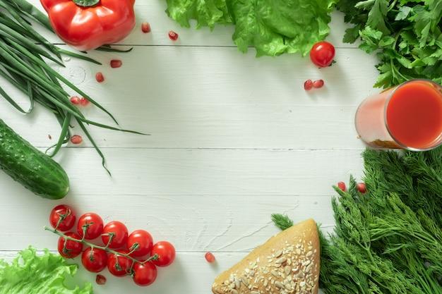 Eine vielzahl von vegetarischen produkten auf einem weißen hintergrund. platz für text.