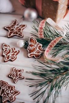 Eine vielzahl von weihnachtlichen lebkuchenplätzchen wird ausgelegt
