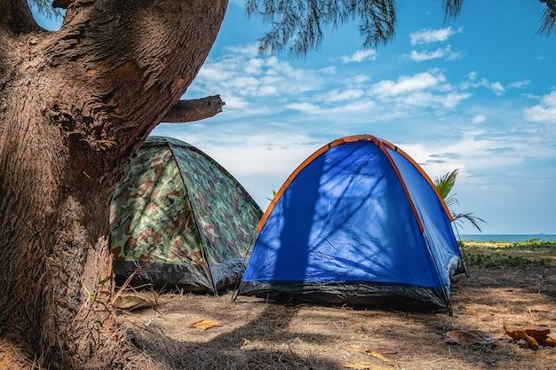Eine vielzahl von zeltcampingfarben, camping am meer, am strand, gute stimmung.