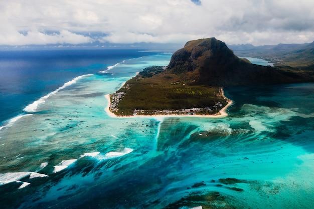 Eine vogelperspektive auf le morne brabant, ein unesco-weltkulturerbe. korallenriff der insel mauritius