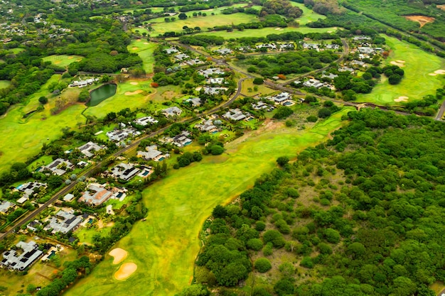 Eine vogelperspektive der stadt und der golfplätze auf der insel mauritius. dörfer auf der insel mauritius. golfplatz.