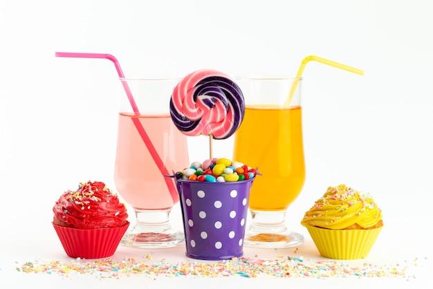 Eine vorderansicht bonbons und kuchen bunt zusammen mit getränken auf weißer, süßer zuckerzuckerfarbe