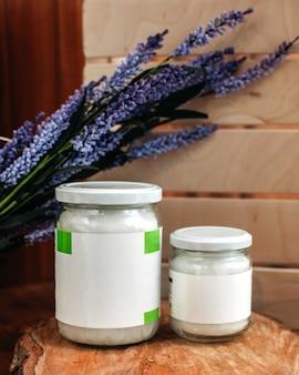Eine vorderansicht dosen alogn mit lila blumen auf dem braunen boden