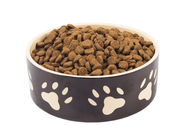 Eine vorderansicht einer isolierten hundenapf mit hundetrockenfutter