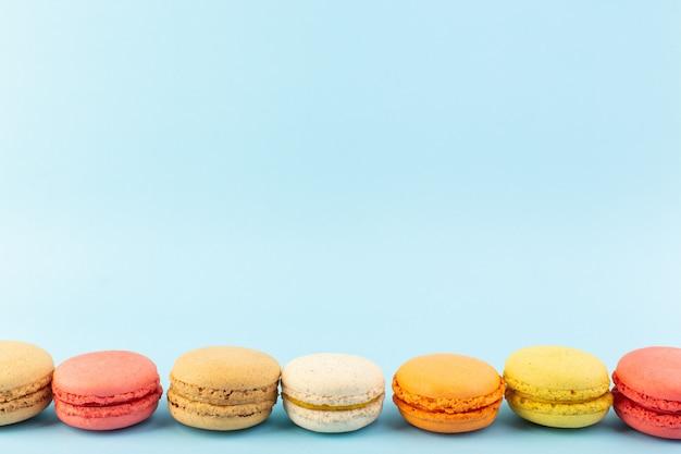 Eine vorderansicht färbte französische macarons köstlich