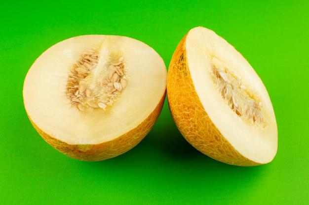 Eine vorderansicht geschnitten frische melone süß breiig weich auf grün isoliert