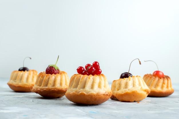 Eine vorderansicht köstliche kuchen mit entworfenen beerenkuchenplätzchen
