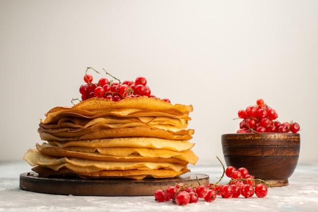 Eine vorderansicht köstliche runde pfannkuchen lecker und rund geformt mit preiselbeeren pfannkuchen gebäck kochen