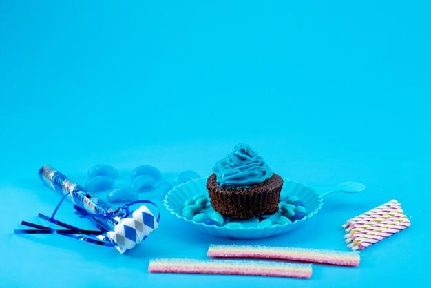 Eine vorderansicht köstlicher browny mit blau, creme auf blau, kuchenkekszuckerfarbe