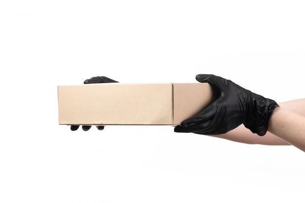 Eine vorderansicht-lieferbox, die von frau in schwarzen handschuhen auf weiß gehalten wird