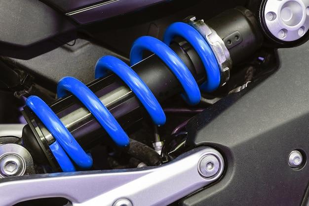 Eine vorrichtung zum absorbieren von stößen und vibrationen, insbesondere an einem kraftfahrzeug.