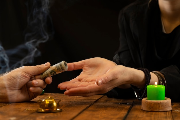 Eine wahrsagerin oder ein orakel nimmt geld für ihre arbeit
