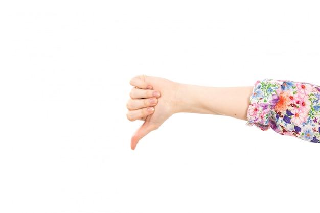 Eine weibliche hand der vorderansicht, die unähnliches zeichen auf dem weiß zeigt