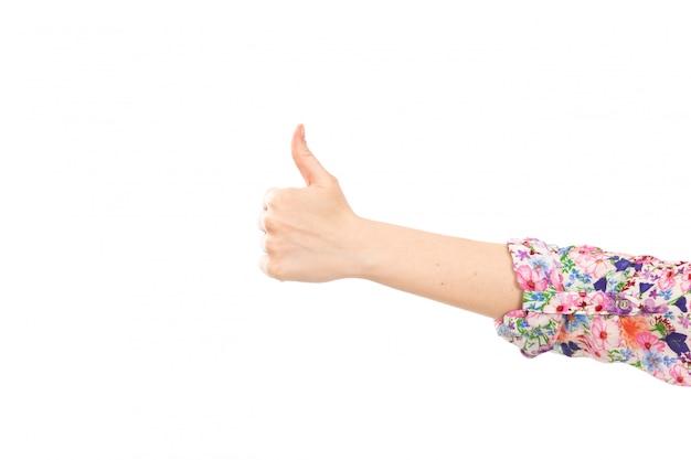 Eine weibliche hand der vorderansicht, die wie zeichen auf dem weiß zeigt
