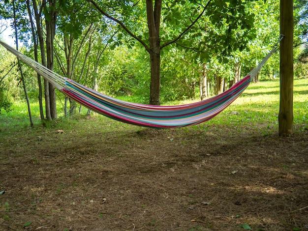 Eine weiche farbige hängematte für die erholung im freien an einem sommertag. platz kopieren.